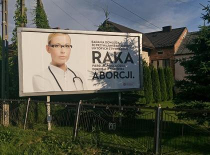 Na billboardzie sugerują, że aborcja jest przyczyną raka