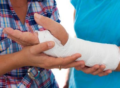 Na czym polega fizjoterapia w trakcie noszenia gipsu?