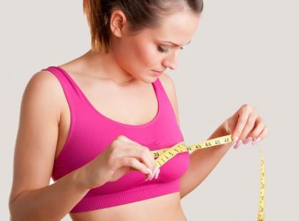 Na czym polega hybrydowe powiększanie piersi?