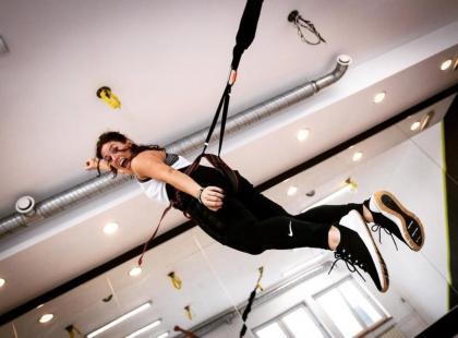 Na czym polega i co daje bungee fitness? Wzmacniaj mięśnie i unoś się w powietrze jak superwoman!