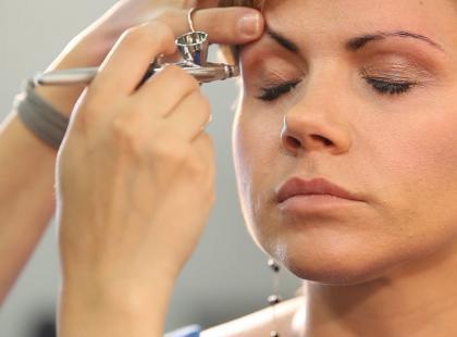 Na czym polega makijaż natryskowy i jak się go robi?