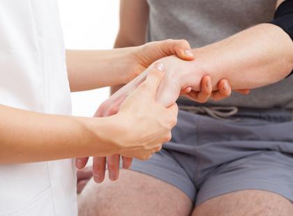 Na czym polega nieoperacyjne leczenie przykurczu Dupuytrena?