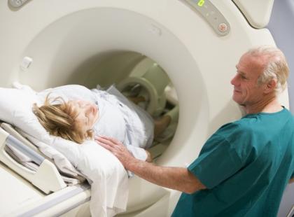 Na czym polega rezonans magnetyczny głowy?