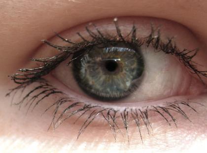 Na czym polega zapalenie przedniego odcinka błony naczyniowej oka?