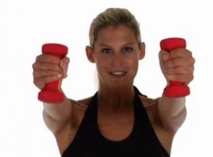 Na mięśnie klatki piersiowej ćwicz z hantlami - video