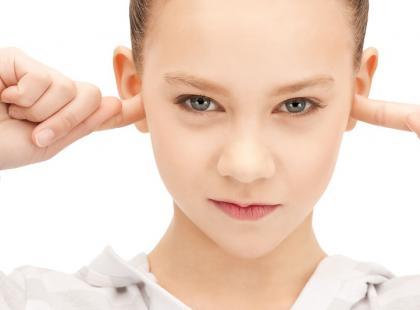 dziecko, zatykanie uszu, ucho, uszy/ fot. Fotolia
