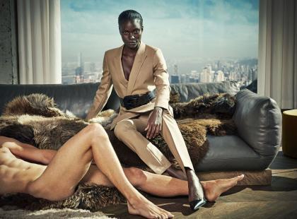 Nadzy faceci w reklamie garniturów dla kobiet. Kontrowersyjna?