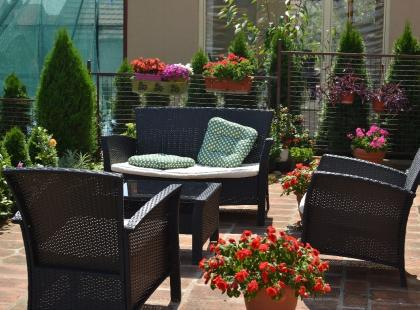 Najciekawsze i funkcjonalne meble ogrodowe: 16 modeli z popularnych sklepów!
