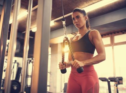 Najlepsze ćwiczenia na triceps! Zobacz, jak je wykonywać krok po kroku