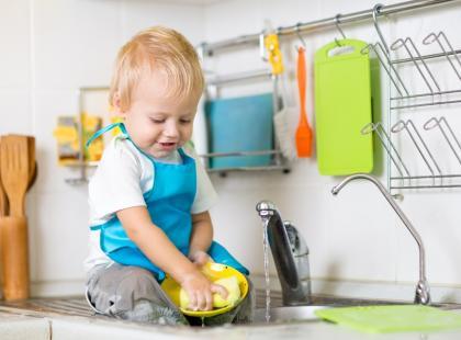 Najlepsze zabawki wcale zabawkami nie są. Zobacz, co kochają dzieci - na pewno masz to w domu!