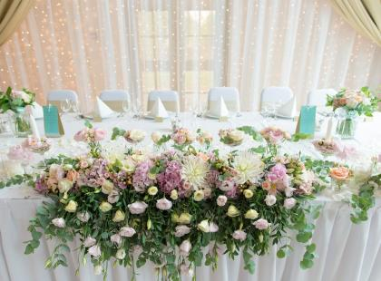 Najpiękniejsze dekoracje ślubne 2017: zobacz, jak wybrać dekoracje sali, kościoła i samochodu