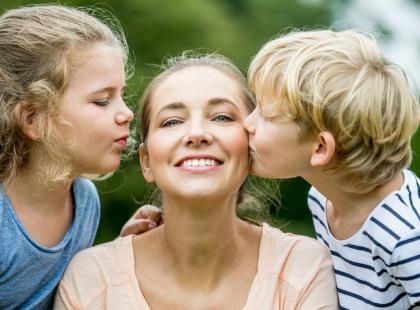 Najpierw nie mogą doczekać się czasu bez dzieci, a potem za nimi tęsknią. Typowe dla matek?