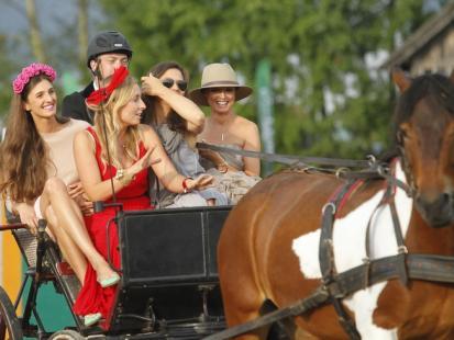Namiastka Ascot: Gwiazdy w toczkach na zawodach jeździeckich u żony Kraśki
