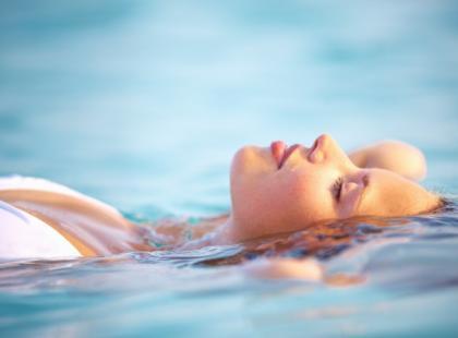 Nauka pływania: jak pływać na grzbiecie?