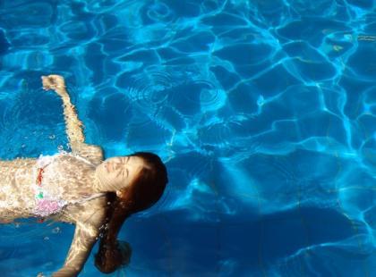 Nauka pływania: jak pływać żabką?