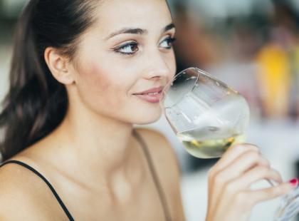 Naukowcy odkryli, że wino pomaga schudnąć! Ile trzeba go pić?