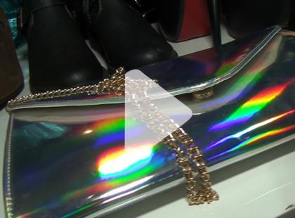 Nie chowaj ich do szafy: metaliczne ubrania są nadal modne [video]