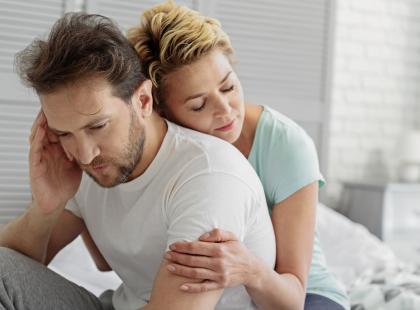 """Nie każ mu się """"ogarnąć"""", """"wziąć się w garść"""" czy przestać narzekać. Chory na depresję potrzebuje wsparcia – jak je okazywać?"""