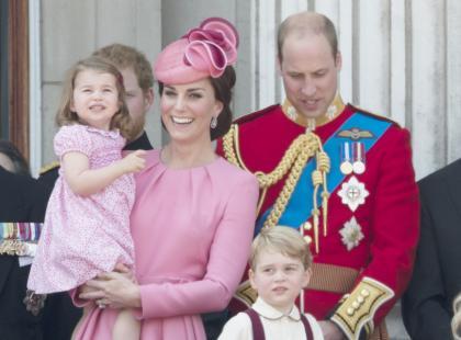 Nie ma tam tiary! Co księżna Kate nosi w torebce? Wszystkie mamy to zrozumieją...