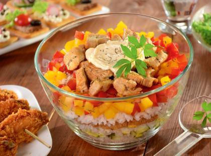 Nie masz pomysłu na szybkie i sycące danie? Przygotuj sałatkę z wędzonym kurczakiem!