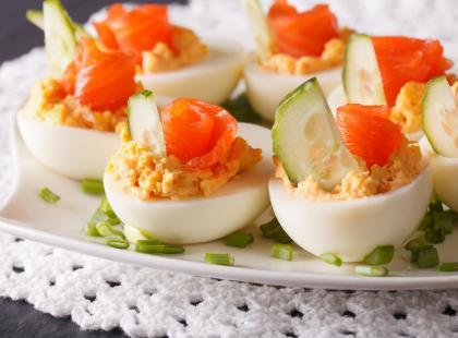 Nie może ich zabraknąć na wielkanocnym stole! Zobacz najlepsze przepisy na jajka faszerowane łososiem!