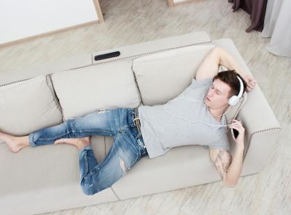 Nie pomagam żonie, bo leżę na kanapie? Oto naprawdę MĘSKI punkt widzenia