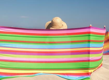 Nie trać czasu na rozstawianie parawanu na plaży, zrób to! Oto hitowy trend tego lata