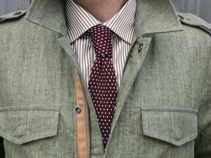 Nie wiesz, jak zawiązać krawat? Zobacz, jak to zrobić w kilku prostych krokach!