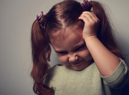 Nie zmuszaj córki do całowania wujka! Zły dotyk zaczyna się niewinnie