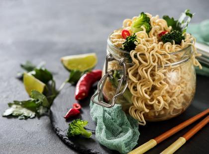 Niebanalna i lekka przekąska - sprawdź nasze przepisy na sałatkę z zupek chińskich