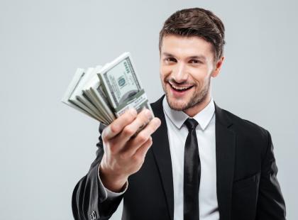 """Niektórzy """"zwykli ludzie"""" tyle zarabiają w dwa lata! O premiach polityków, które hojnie sobie przyznają"""