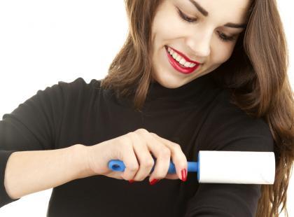 Nietypowe zastosowania: 7 genialnych sposobów na użycie rolki do czyszczenia ubrań
