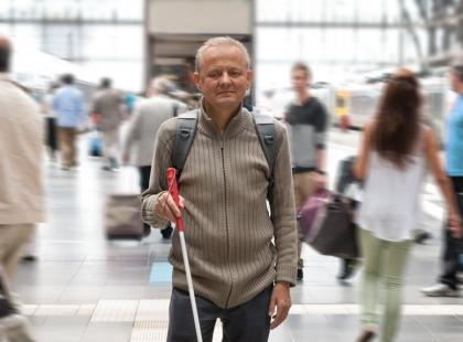 Niewidomy mężczyzna chciał zrobić zakupy w Biedronce. Obsługa sklepu odmówiła mu pomocy, pomogli więc policjanci