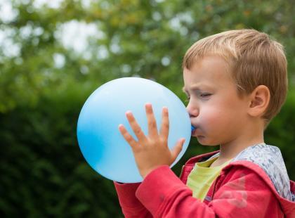 Niewinna zabawa prawie go zabiła: chłopiec otarł się o śmierć, bo bawił się balonem wypełnionym helem