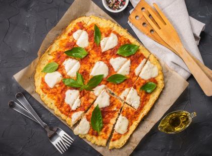 Niskokaloryczna, bez jajek i sera - pizza na spodzie z kalafiora. Spróbuj, a zakochasz się w niej!