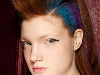Nowoczesna i kolorowa fryzura bez ryzyka krok po kroku [video]