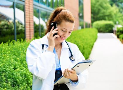 Nowoczesna medycyna – lekarz  przez telefon