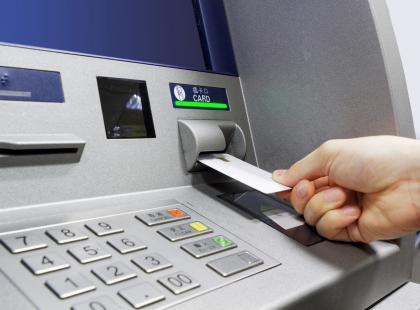 Nowy sposób wypłat z bankomatów coraz popularniejszy. Sprawdź, czy już możesz z niego korzystać!
