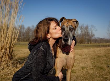 Obalamy mity: czy wolno całować zwierzęta? Czy pies może lizać właściciela po twarzy?