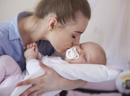 Oblizywanie smoczka – czy można to robić i jak to wpływa na dziecko? Znamy najnowsze wyniki badań!