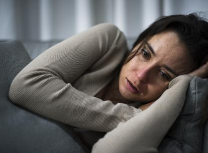 Obniżenie nastroju to nie depresja, ale może do niej prowadzić. Jak je od siebie odróżnić?