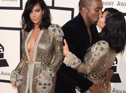 Obściskujący się Kardashian i West na Grammy 2015