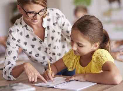 """""""Obyś cudze dzieci uczył"""". Przekleństwo? O pracy w szkole publicznej i prywatnej opowiada nauczycielka przyrody"""