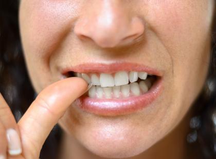 Od obgryzania paznokci można dostać raka? Wstrząsająca historia młodej kobiety, która latami obgryzała paznokcie