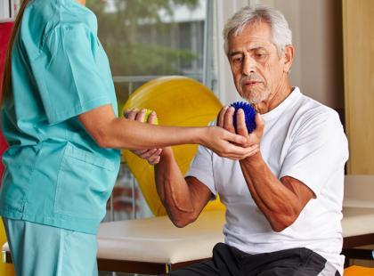 Od operacji do rehabilitacji – jak przywrócić ręce sprawność?