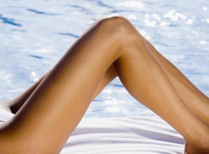 Odsłoń na plaży piękne nogi bez żylaków