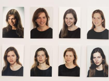 Odwiedziła ponad 100 fotografów i każdy zrobił jej zdjęcie. Ta sama osoba, ta sama bluzka, a efekt? Zobaczcie same