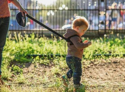 Ojciec pokazał na zdjęciu, jak spaceruje z córką na szelkach. Internauci piszą, że traktuje dziecko jak psa na smyczy. A co na to pedagodzy?