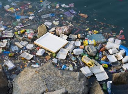 Olbrzymie, śmierdzące i zagrażają naszemu bezpieczeństwu. Poznajcie dryfujące wyspy śmieci...