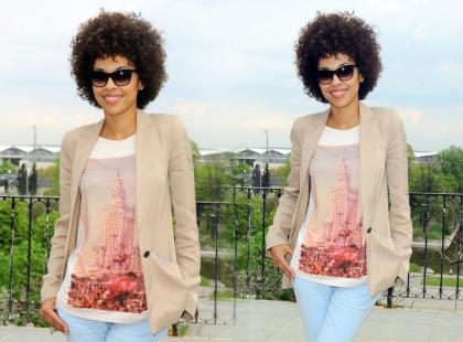 Omenaa Mensah w stonowanym, pastelowym looku